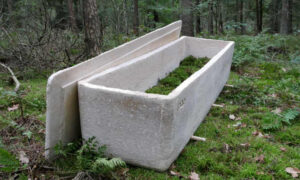 Crafting a 'living coffin' with mushrooms
